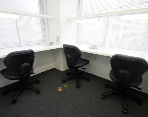 ゆとりある複数人用のオフィスもございます。